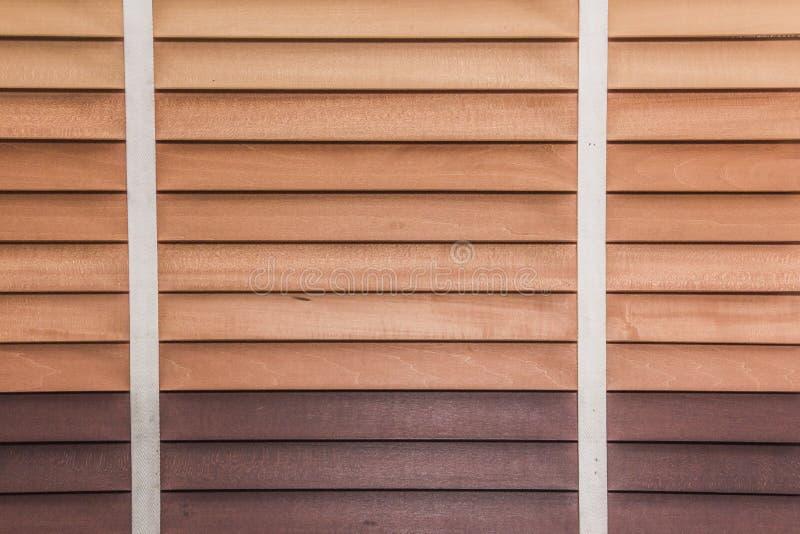 Schließen Sie oben vom hölzernen Jalousiefenster lizenzfreie stockfotografie
