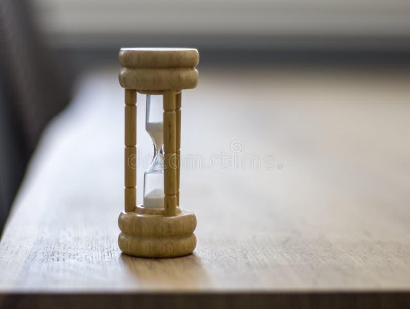 Schließen Sie oben vom hölzernen Stundenglas auf Tabelle lizenzfreies stockfoto