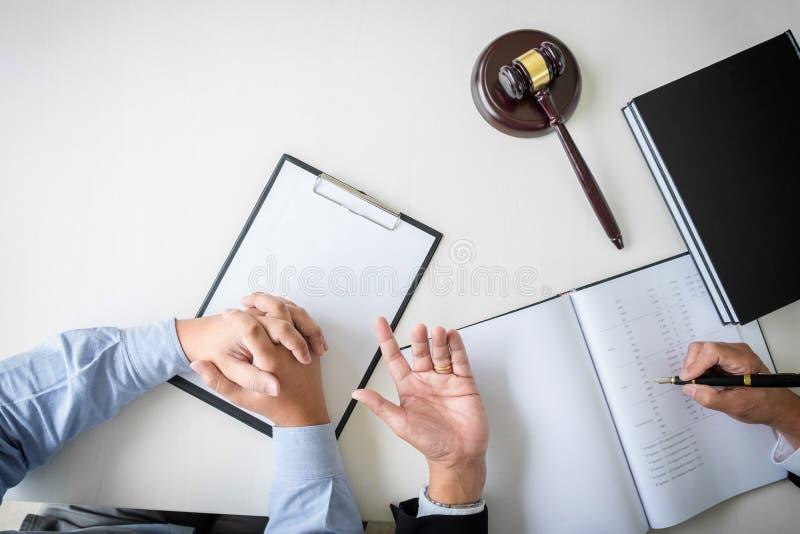 Schließen Sie oben vom Hammer, vom männlichen Rechtsanwalt oder vom Richter Consult mit Kunden und lizenzfreies stockfoto