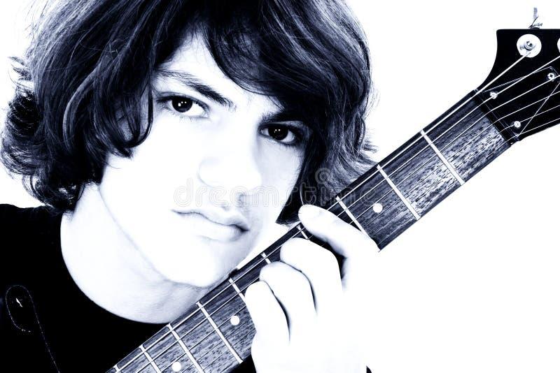 Schließen Sie oben vom jugendlich Jungen mit elektrischer Baß-Gitarre über Weiß lizenzfreies stockfoto