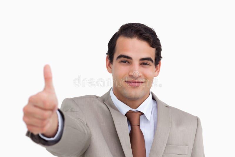 Schließen Sie oben vom jungen Verkäufer, der Daumen aufgibt lizenzfreie stockfotografie