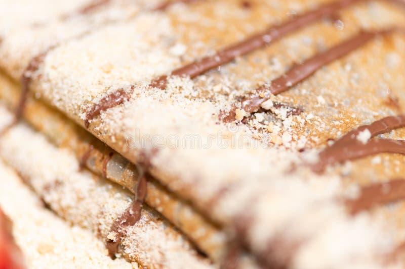 Schließen Sie oben vom köstlichen Pfannkuchen mit Sahne und von der Schokolade stockfotos