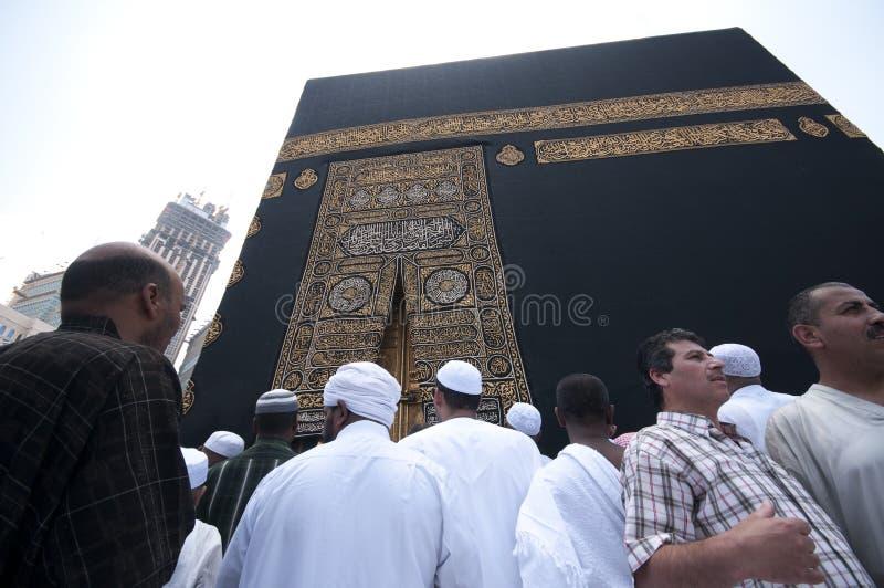 Schließen Sie oben vom kaaba mit Pilgerern lizenzfreie stockfotos