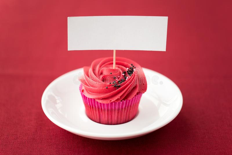Schließen Sie oben vom kleinen Kuchen mit rotem buttercream Bereifen lizenzfreies stockbild