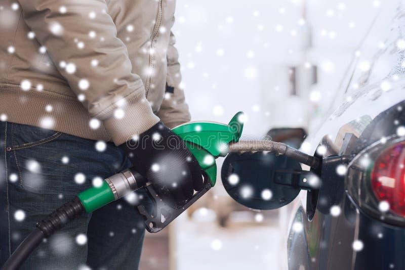 Schließen Sie oben vom Mann mit Zusammenbruchsauto der Kraftstoffschlauch-Düse stockbilder