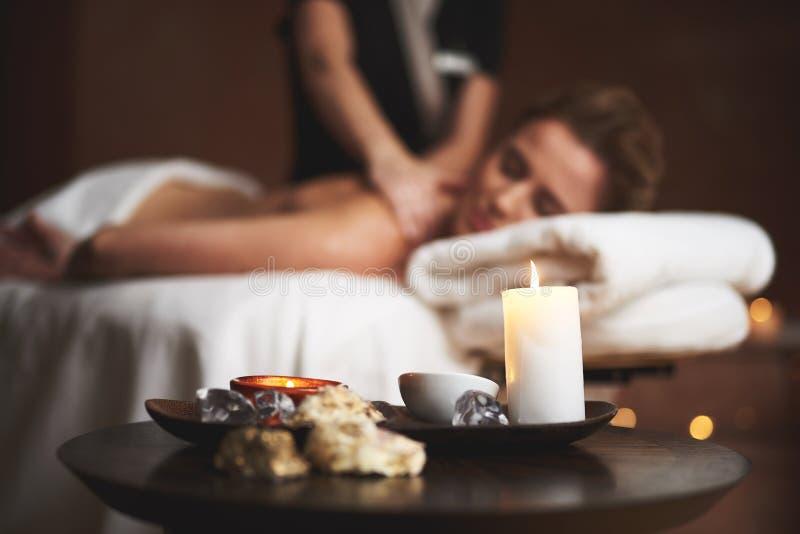 Schließen Sie oben vom Massageöl und -kerze im Badekurortsalon stockbilder