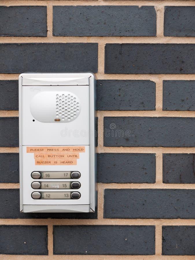 Schließen Sie oben vom Metalltürsummer für Wohnungen auf Wand draußen stockfotografie
