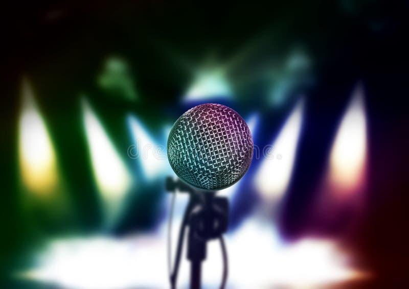 Schließen Sie oben vom Mikrofon im Konzertsaal oder dem Konferenzsaal stockfoto