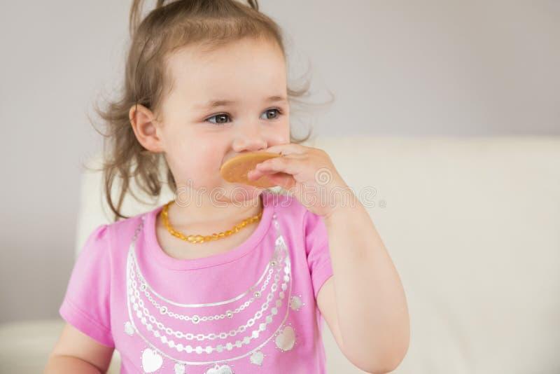 Schließen Sie oben vom netten Mädchen, das Keks isst stockbilder