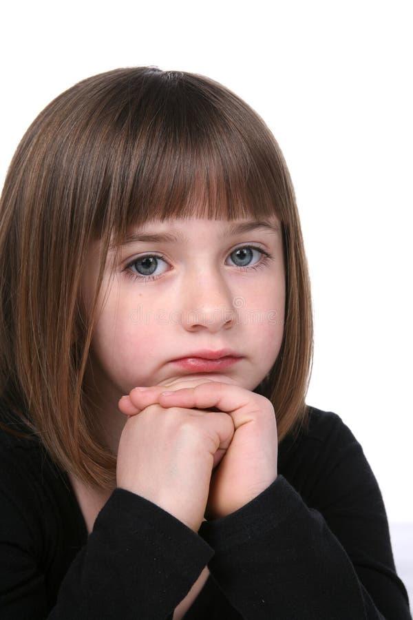 Schließen Sie oben vom netten traurigen oder durchdachten Gesicht des Mädchens stockbild