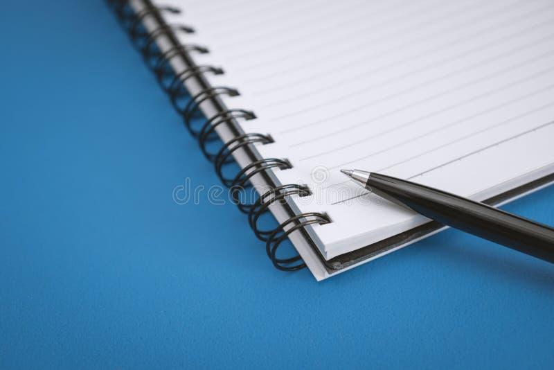 Schließen Sie oben vom Notizbuch-Rand stockbilder