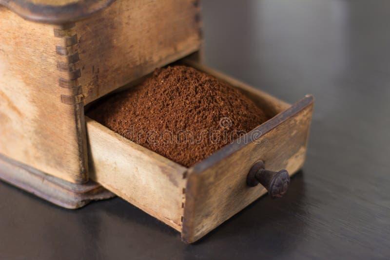 Schließen Sie oben vom offenen Fach der Kaffeemühle lizenzfreie stockbilder