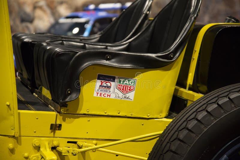 Schließen Sie oben vom Penrose-Erbmuseum Rennwagen 'des gelben Teufels ' stockbild