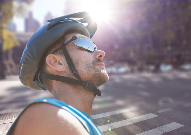 Schließen Sie oben vom Radfahrer auf undeutlicher Straße mit Aufflackern stockbild
