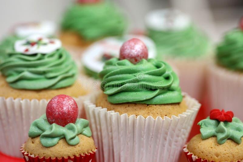 Schließen Sie oben vom süßen grünen Kuchen mit Früchten stockfotos