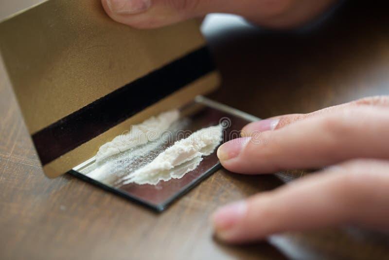 Schließen Sie oben vom Süchtigen mit Crack-Kokain-Drogendosis lizenzfreie stockfotos