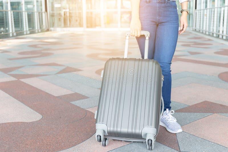 Schließen Sie oben vom schönen Geschäftsfraureisenden mit Gepäck an ai stockbild