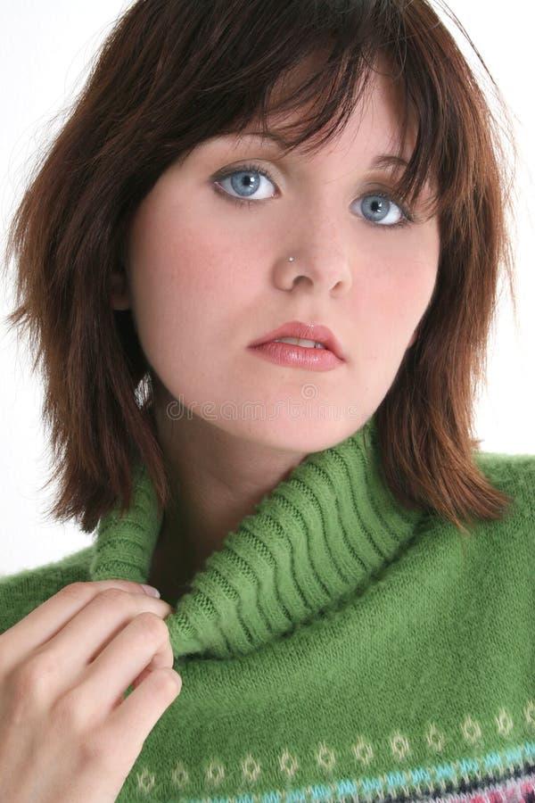Schließen Sie oben vom schönen jugendlich Mädchen in der grünen Strickjacke lizenzfreie stockfotos