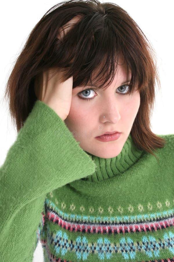 Schließen Sie oben vom schönen jugendlich Mädchen in der grünen Strickjacke lizenzfreie stockfotografie