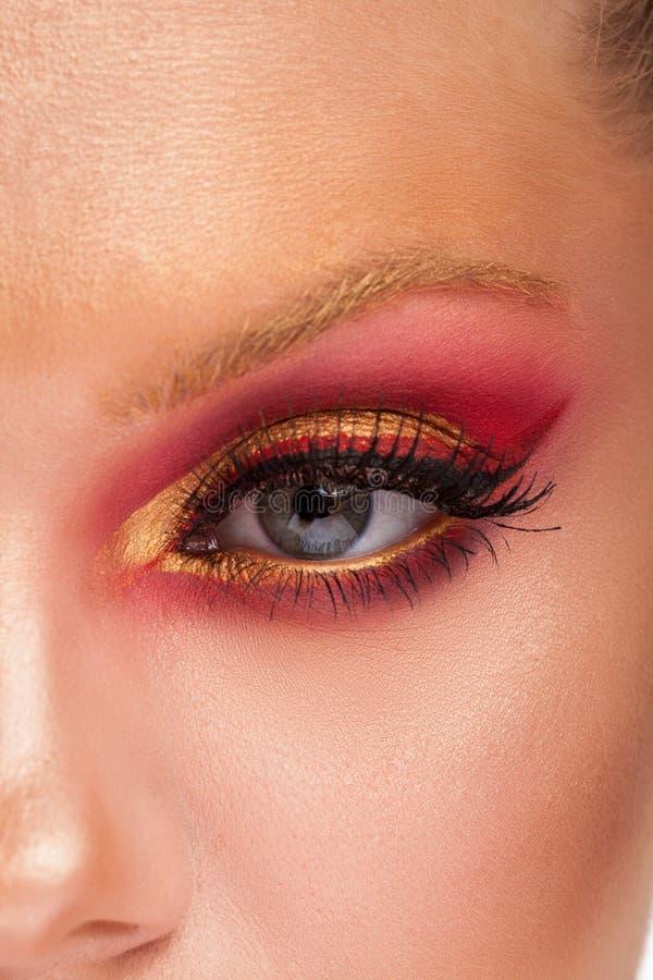 Schließen Sie oben vom schönen Mädchen mit neuem Rosa und goldenem Make-up lizenzfreie stockbilder
