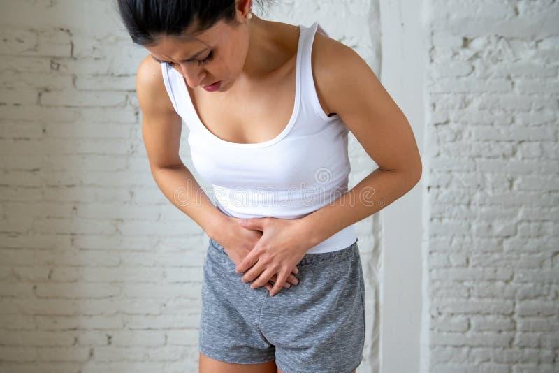 Schließen Sie oben vom Schönheitskörper, der unter Magenschmerzen, den Zeitraumschmerz und den Monatsklammern leidet lizenzfreies stockfoto