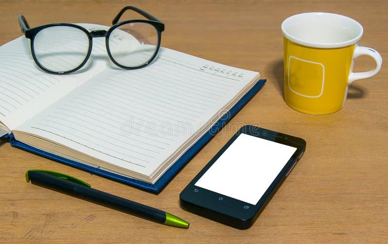 Schließen Sie oben vom Schreibtisch mit Briefpapier stockfotos