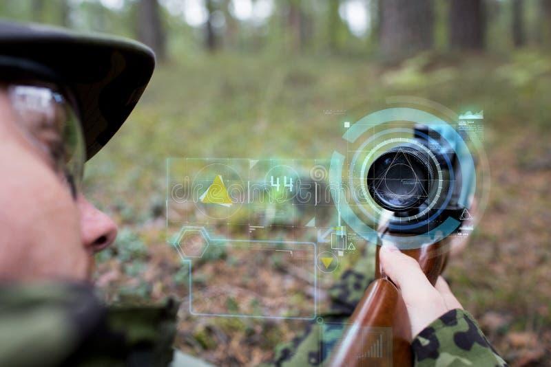 Schließen Sie oben vom Soldaten oder vom Scharfschützen mit Gewehr im Wald lizenzfreie stockbilder