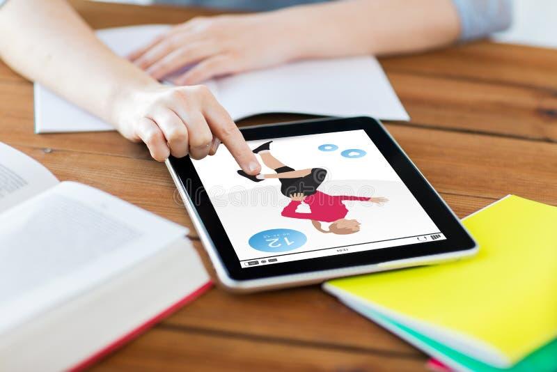 Schließen Sie oben vom Studenten mit Eignungs-APP auf Tabletten-PC lizenzfreie stockfotos