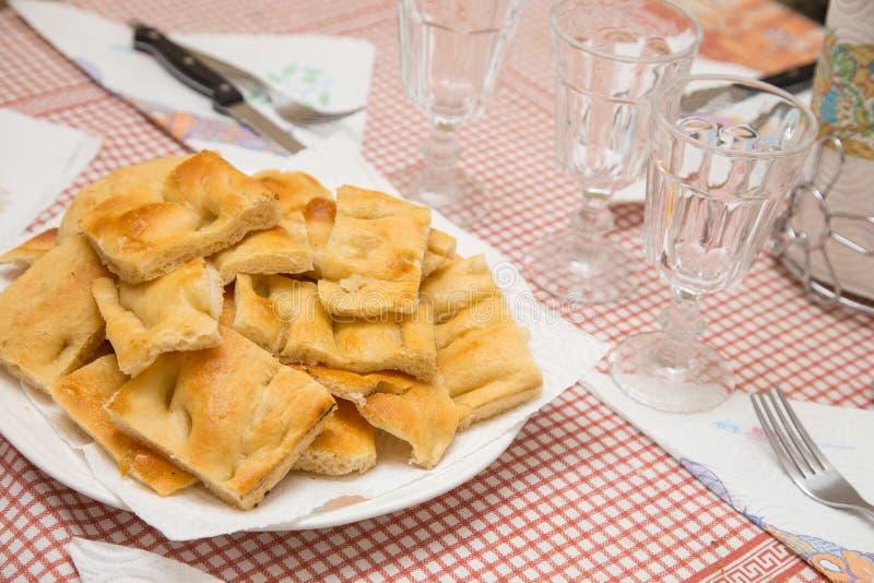 Schließen Sie oben vom Teller auf Tabelle mit traditionellem italienischem focaccia stockbild