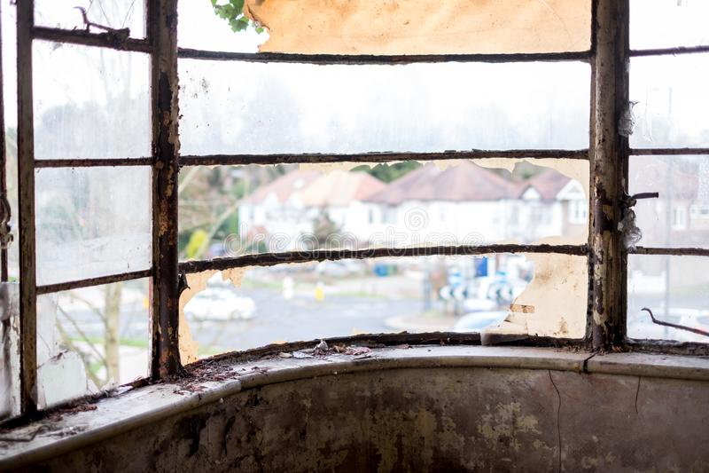 Schließen Sie oben vom ursprünglichen Metallfenster in aufgegebenes Haus aufgebauter im Jahre 1930 s-deco Art Egge Großbritannien lizenzfreie stockfotos