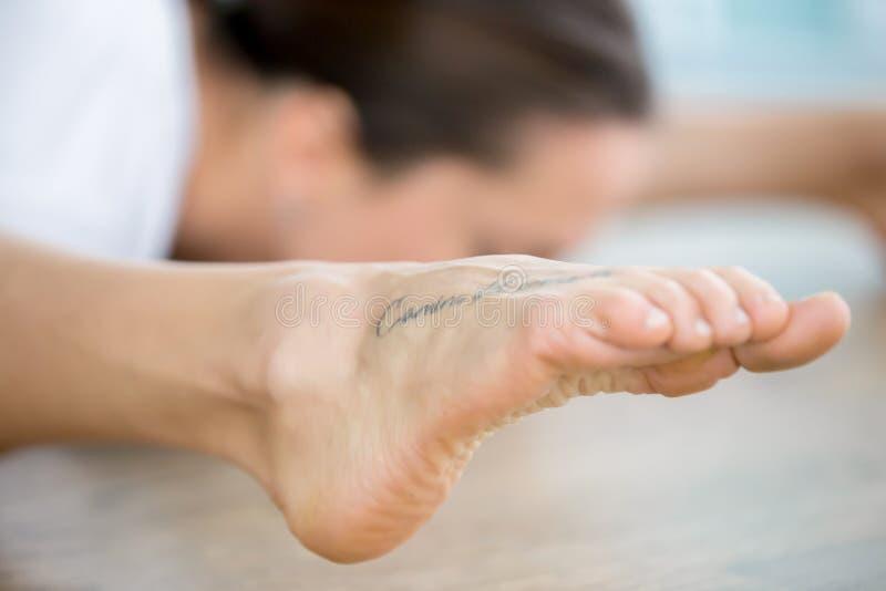 Schließen Sie oben vom weiblichen Fuß mit Tätowierung stockbilder
