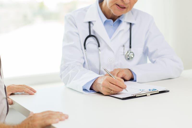 Schließen Sie oben von älteren Doktor und vom Patienten am Krankenhaus stockbilder