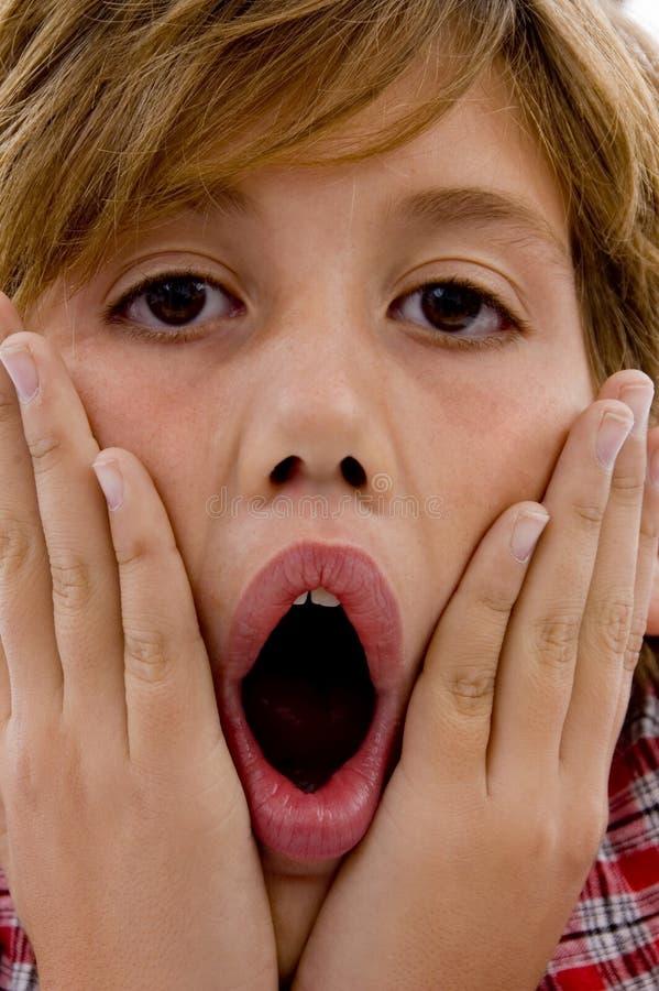 Schließen Sie oben von überraschtem jungem Jungen stockfoto