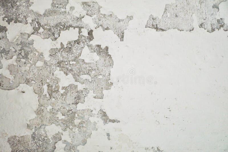Schließen Sie oben von abgezogener Farbe des Weißzements Wände Ziehen Sie Wand der weißen Bautenanstrichfarbe mit schwarzem Fleck lizenzfreie stockfotos