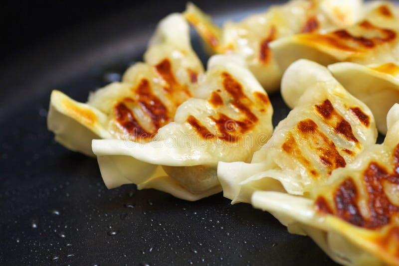 Schließen Sie oben von Chinese gebratenen Mehlklößen auf einer Bratpfanne stockbilder