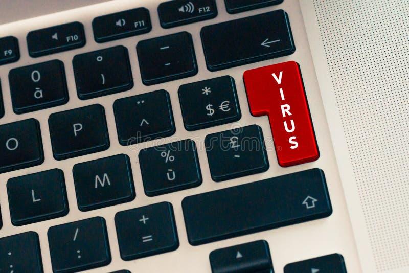 Schließen Sie oben von Computerlaptop keybord mit rotem Knopf Virusgefahrenkonzept Internet-Daten und Cyberverbrechensicherheit lizenzfreie stockfotografie