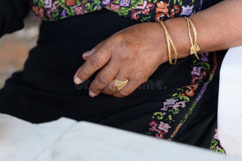 Schließen Sie oben von den älteren arabischen Frauenhänden mit Schmuck lizenzfreies stockfoto
