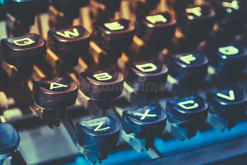Schließen Sie oben von den antiken Schreibmaschinentasten Alte manuelle Retro- Schlüssel, Vint lizenzfreie stockfotografie