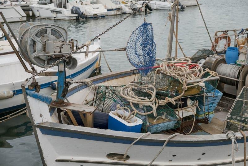 Schließen Sie oben von den Booten mit Fischereiausrüstung im Hafen lizenzfreies stockbild