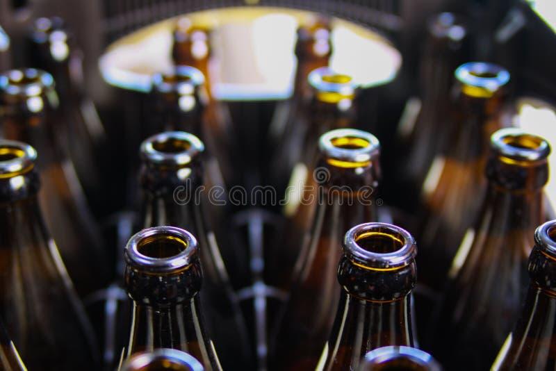 Schließen Sie oben von den braunen leeren Bierflaschen in einem Fall stockbild