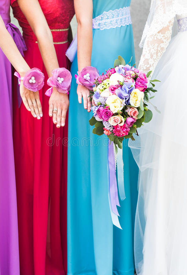 Schließen Sie oben von den Braut- und Brautjungfernblumensträußen lizenzfreies stockbild