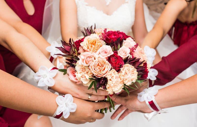 Schließen Sie oben von den Braut- und Brautjungfernblumensträußen stockfoto