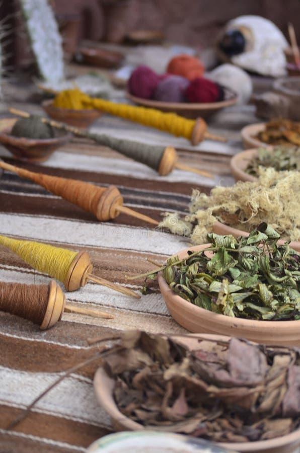 Schließen Sie oben von den einheimischen färbenden und spinnenden Werkzeugen in Peru stockfotos