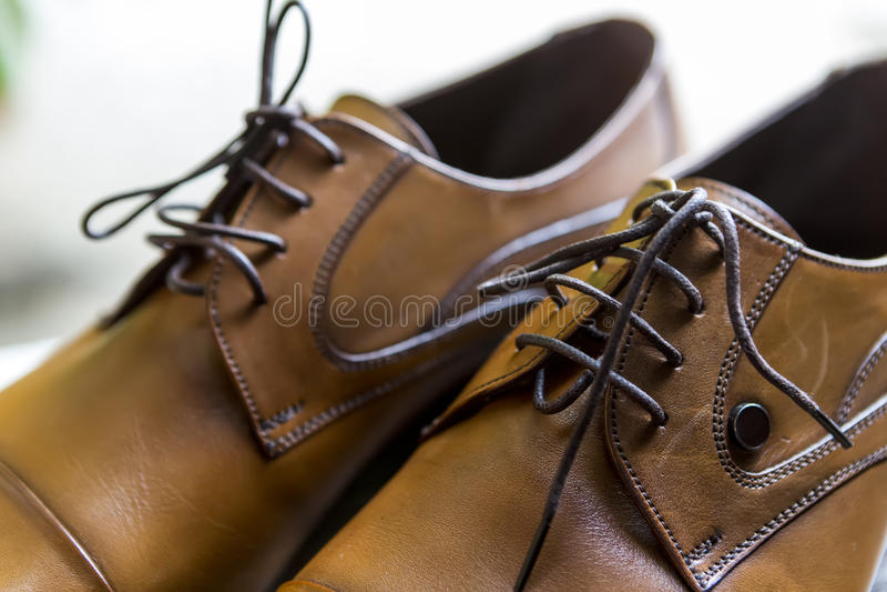 Schließen Sie oben von den eleganten eleganten Schuhen des Bräutigams (Weichzeichnung) lizenzfreie stockfotografie