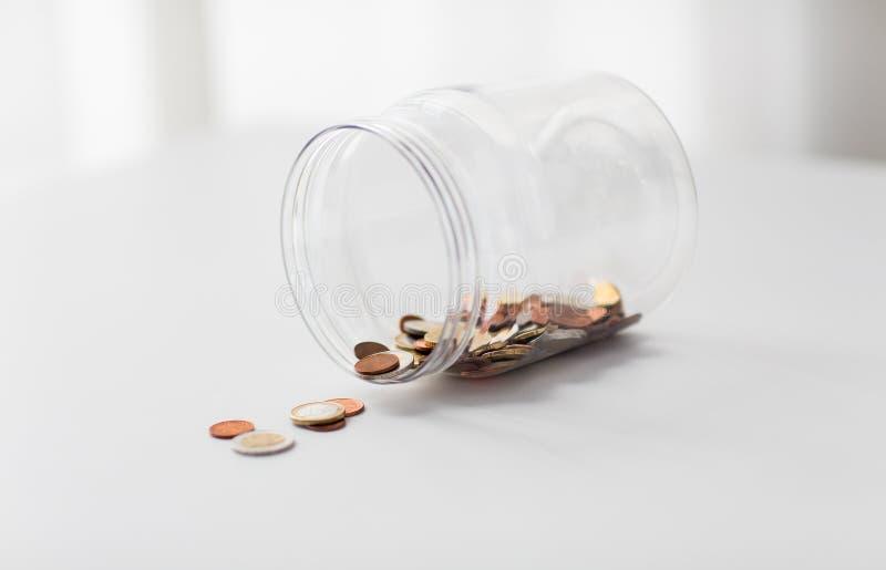 Schließen Sie oben von den Euromünzen im Großen Glasgefäß auf Tabelle stockbild