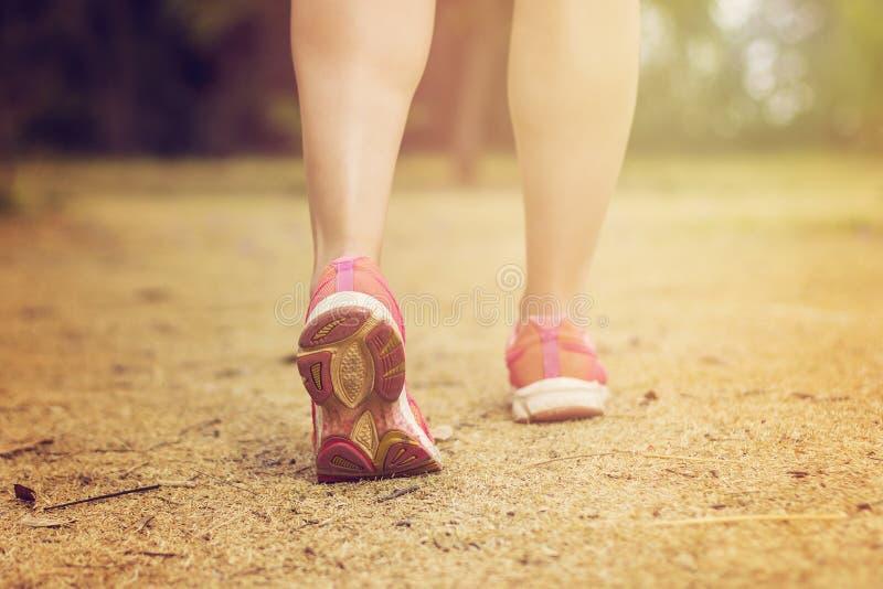 Schließen Sie oben von den Füßen eines Läufers stockfotografie