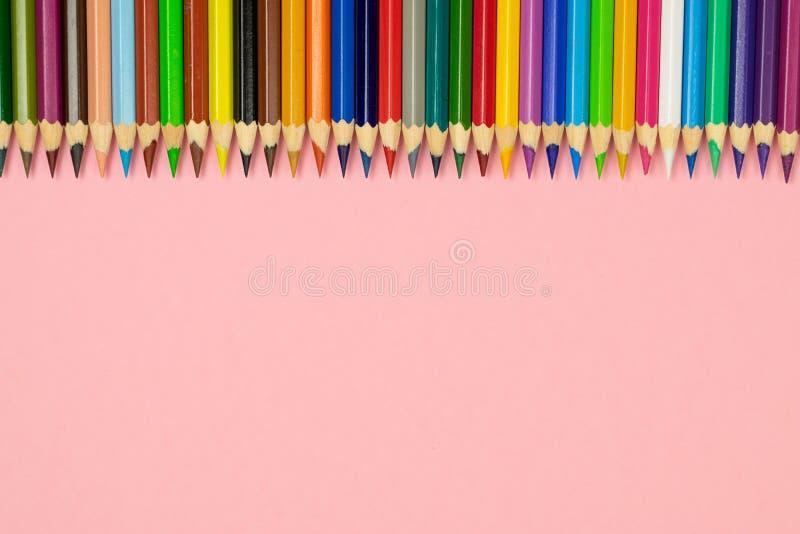 Schließen Sie oben von den Farbbleistiften auf rosa Hintergrund mit Beschneidungspfad stockfotografie