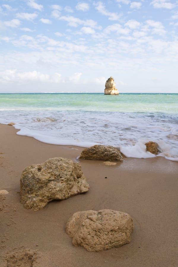 Schließen Sie oben von den Felsen und von Atlantik auf geheimem Camilo-Strandhintergrund lizenzfreie stockfotografie