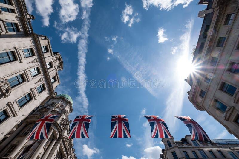 Schließen Sie oben von den Gebäuden auf Regent Street London mit Reihe von britischen Flaggen, um die Hochzeit von Prinzen Harry  lizenzfreie stockfotos