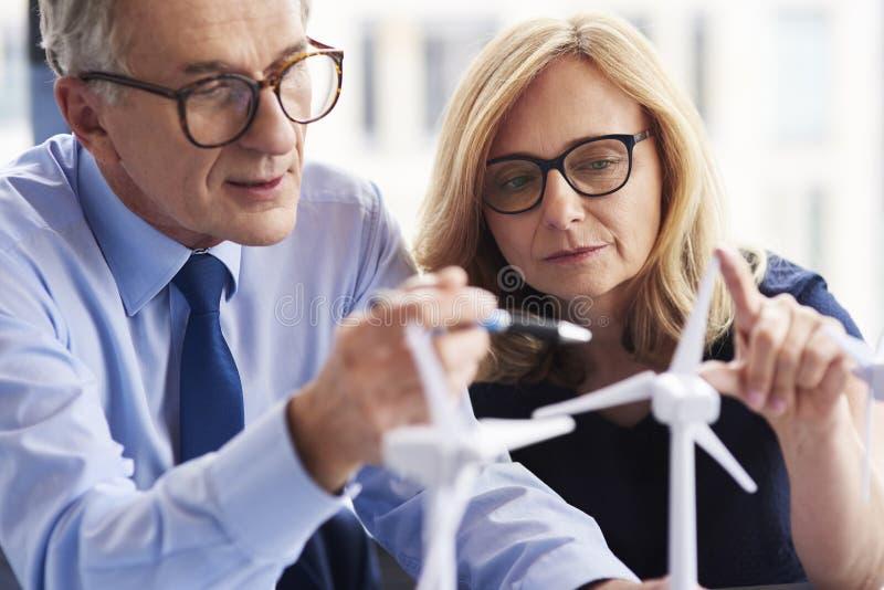 Schließen Sie oben von den Geschäftspaaren, die zusammenarbeiten lizenzfreies stockfoto